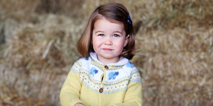 De Britse prinses Charlotte wordt morgen alweer twee jaar oud. Ter gelegenheid daarvan heeft Kensington Palace deze foto vrijgegeven. Dit prachtige plaatje werd gemaakt door haar moeder Kate Middleton.