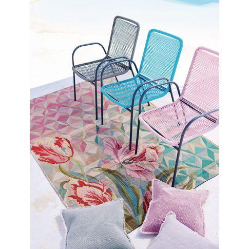 Sommerklassiker im farbenfrohen Gewand - dieser bequeme Retro-Stuhl aus lackiertem Metall mit buntem Kunststoffgeflecht lässt sich prima stapeln und wartet so platzsparend verstaut ganz unauffällig auf seinen nächsten großen Auftritt.