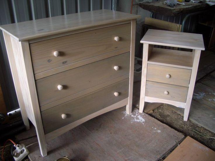 jus de peinture sur du bois : - un volume de peinture glycero pour un volume de white spirit. - des pigments naturels « terre d'ombre » pour le coloris gris