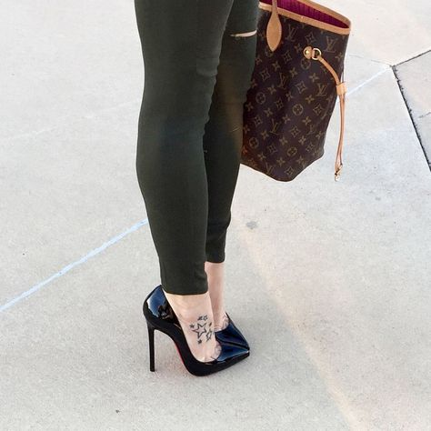 Jenny: black pumps and toe cleavage