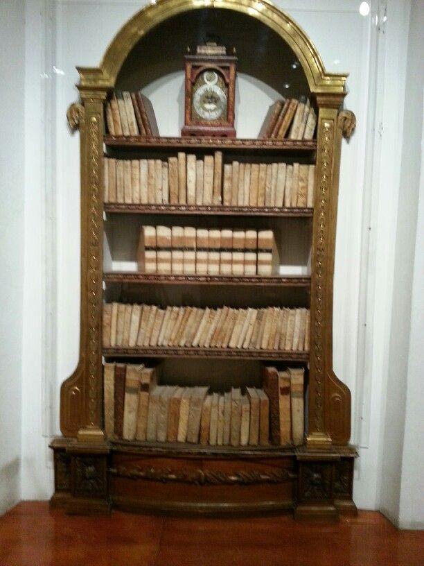 Librero antiguo,  en el museo Franz Mayer México.