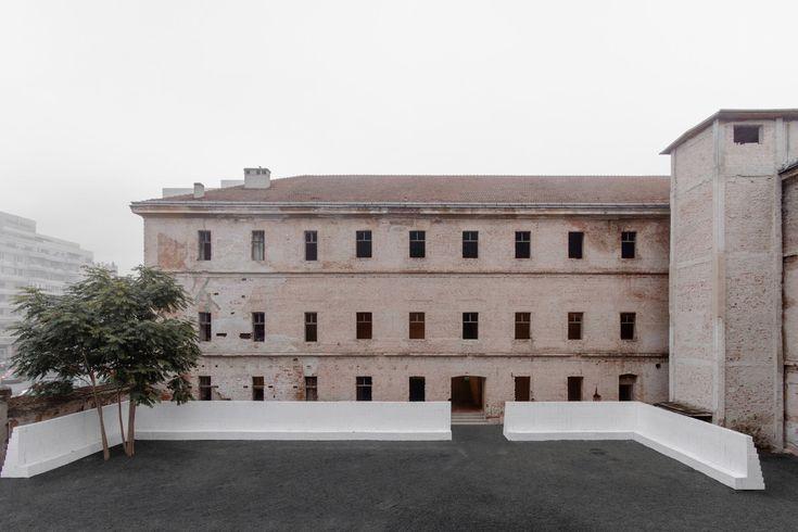 Transformierte Kaserne - Ausstellungsintervention in Rumänien von Mensing Timofticiuc Architects