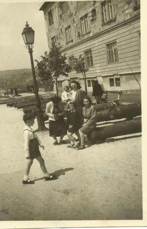 1954. A Hadtörténeti Múzeum előtt.
