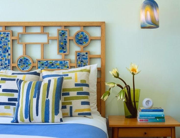 Дизайн изголовья кровати в синих тонах