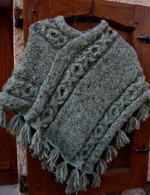 Les 25 meilleures id es de la cat gorie poncho tricot sur pinterest poncho en tricot cape en - Explication pour tricoter un poncho femme ...