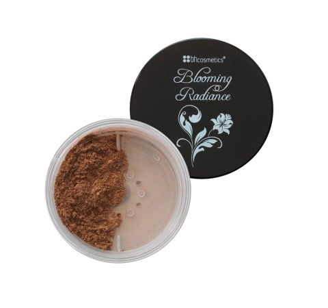 This mineral-based powder delivers smooth coverage that leaves skin looking radiant and flawless with a natural finish. Silky to the touch, this 3-in-1 loose powder can be used as concealer, foundation or setting powder. It also contains coconut-derived amino acids, which soften and conditions skin for natural luminosity without the heavy feeling.