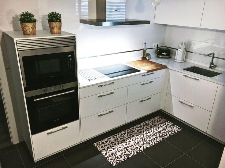 White kitchen with decorative vinyl rug #kitchen #vinylrug #deco #decokitchen #ikea #westwing #santos #cocinassantos #kitchendeco #white #whitekitchen