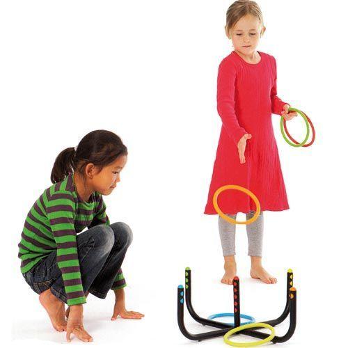 LANZA ANILLOS: Disfruta al aire libre de una actividad que pone en práctica las capacidades motrices y mentales de los niños de una forma divertida. Prueba con distintas distancias de lanzamiento, o con distintas posturas (a la pata coja, con un brazo por detrás, etc)