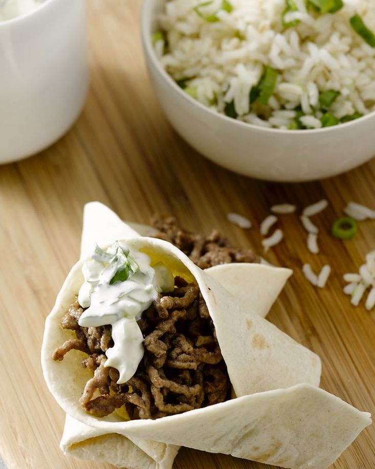 Heerlijke zelfgemaakte gevulde taco's met rundsgehakt, rijst en een frisse komkommersalade. Olé! Ideaal voor een zomers Mexicaans feestje.