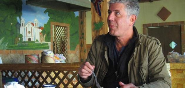 Bourdain y su visión de la Baja-Anthony Bourdain disfrutando de la comida en el restaurante Oaxaqueño de Ensenada. Fotos Travel Channel