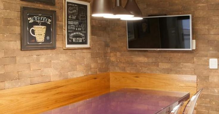 Cozinha planejada com mesa roxa e tampo de Vidro