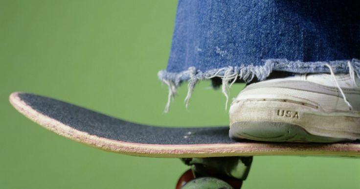 Como consertar uma roda de skate que está rangendo. Quando as rodas do skate estiverem rangendo, isso geralmente significa que os rolamentos têm de ser substituídos. Nessa situação ou existe areia dentro do rolamento ou ele está corroído. Em ambos os casos o rolamento está se desgastando, e o chiado é consequência do problema que está ocorrendo com as peças do rolamento à medida que elas se ...