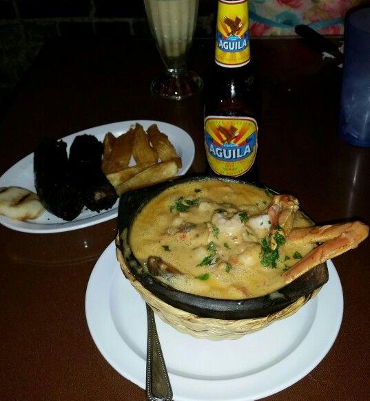 Casuela de mariscos, rellena, yuca y arepa
