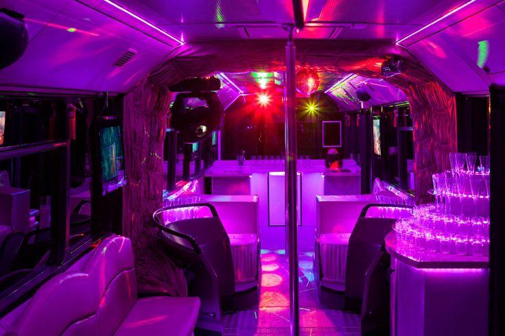 Egy partybusz, ahol 2 táncrúd is a vendégek szórakoztatását szolgálja!