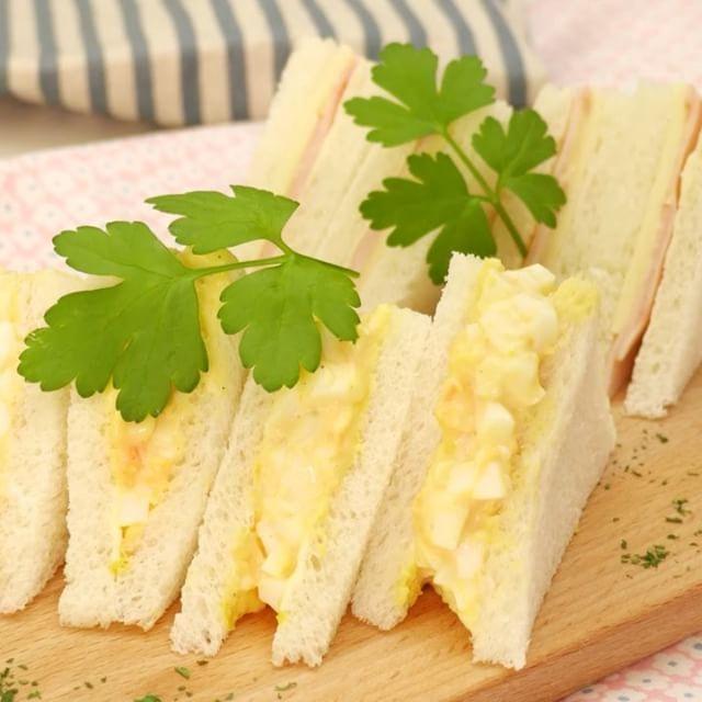いいね!7,585件、コメント13件 ― DELISH KITCHEN [デリッシュキッチン]さん(@delishkitchen.tv)のInstagramアカウント: 「サンドイッチの定番といえばやっぱり#たまごサンド ですよね♪ 今回は絶対に美味しい、基本の作り方をご紹介します! 朝ごはんやピクニックなどにつくってみませんか?  材料 (1人分)…」