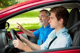 Apprendre à conduire avec la conduite supervisée peut permettre de réduire le coût du permis de conduire