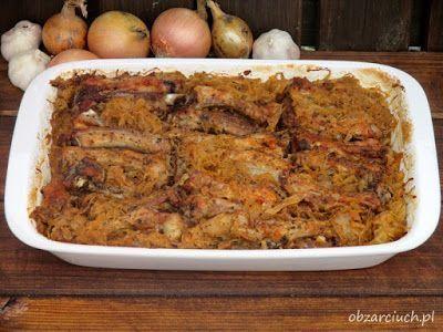 Soczyste i aromatyczne żeberka pieczone na kiszonej kapuście to znakomita propozycja na niedzielny obiad