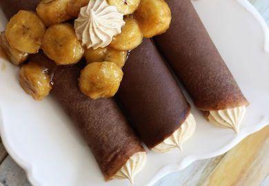 Karamelize Muzlu Çikolatalı Krep, çok kısa sürede hazırlayıp afiyetle yiyebileceğiniz, şık görünüşüyle de kalpleri çalan bir tarif. Malzemeleri şöyle;