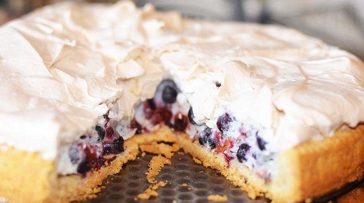 Необыкновенный вкус этого пирога с его фруктовой ноткой не оставит вас равнодушными, а на любом праздничном столе он будет вашей изюминкой.