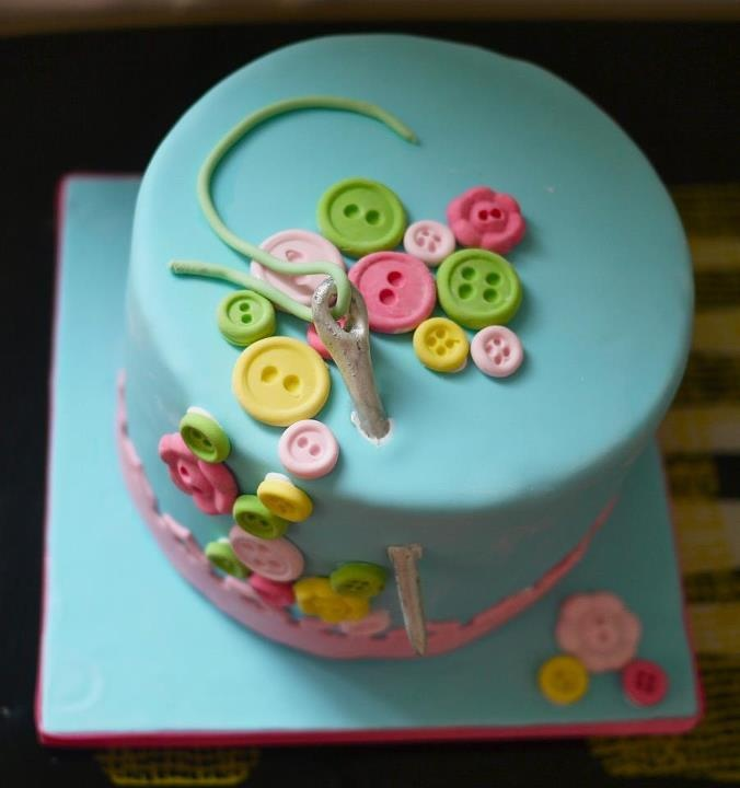 I love this little sewing cake. Cute!