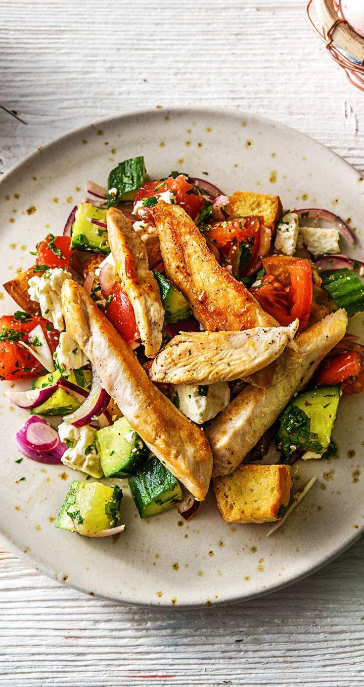 Putenbrust auf griechischem Salat mit Hirtenkäse und knusprigen Fladenbrotwürfeln