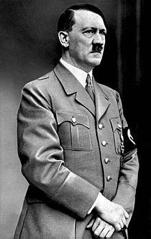 """Adolf Hitler - er war Führer und Reichskanzler, Vorsitzender der NSDAP, Staatsoberhaupt und Oberbefehlshaber der Wehrmacht (nach dem Tod des Reichspräsidenten Hindenburgs hat Hitler zwar nicht den Titel """"Reichspräsident"""" übernommen, doch seine Funktion und Aufgaben)."""