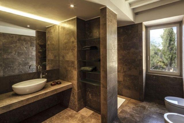 aufsatzbecken design wandspiegel mit lichtleiste dramatisch verdunkeltes bad badgestaltung. Black Bedroom Furniture Sets. Home Design Ideas