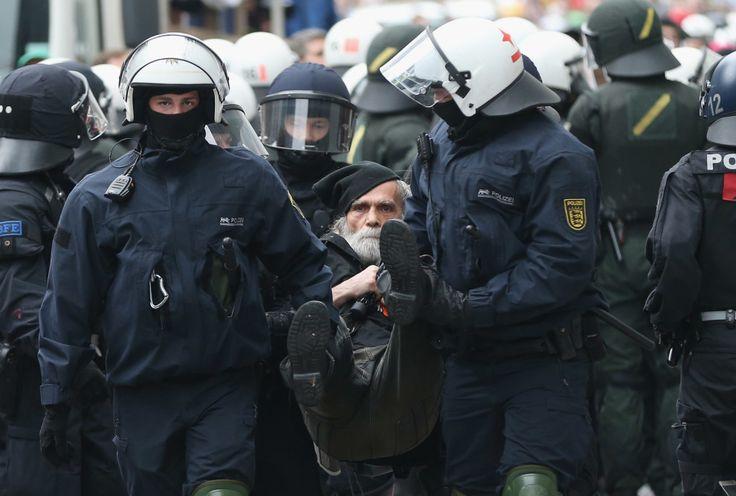 Wenn Polizisten Pfefferspray einsetzen, den Schlagstock benutzen oder Menschen festnehmen, dürfen sie nicht anonym bleiben. Das hat der Europäische Gerichtshof für Menschenrechte entschieden. Deutschland hält sich nach wie vor nicht daran.