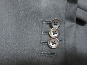 ● 袖本切羽 そでほんせっぱ事情  今は既製品でも袖ボタン穴を開けるスーツもあります  でも 袖ボタン穴を開けると 袖丈の調整が難しくなります  サイスを計った オーダースーツならでは 袖本切羽   これは オーダースーツの醍醐味です  袖ボタン穴は普通 真っ直ぐです