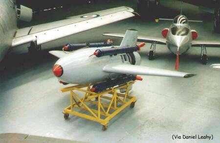 ElEnzian(en español genciana, una flor de montaña) fue un misil antiaéreo (SAM)El Dr. Wurster de Messerschmitt sugirió una respuesta a este problema en la forma deFlak Rakete 1(cohete antiaéreo) en el año 1943. El Flak Rakete era un cohete que debía volar justo en frente del blanco y estallar su gigantesca cabeza con 500 kg de explosivos. Esto solucionaba también el problema de la aceleración del arma, ya que al no haber piloto humano dentro del avión, el límite de aceleración en el…