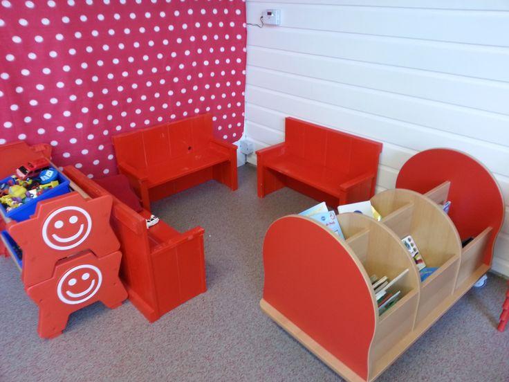 Mooie felgekleurde rode #bankjes voor #peuterspeelzaal (kan ook voor #kinderdagverblijf of #kleuterklas of natuurlijk #thuis)