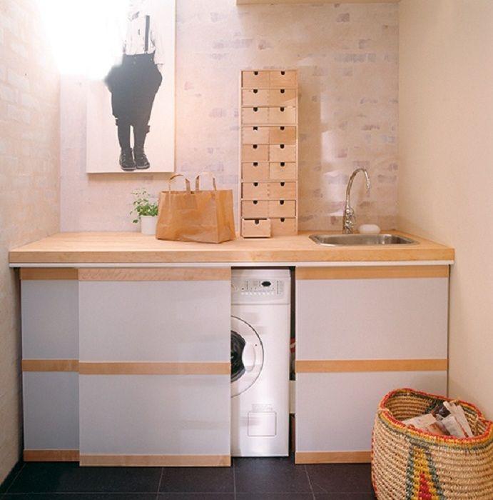 Хороший и удачный вариант - стиральная машина, которая скрыта в тумбочке с раковиной.