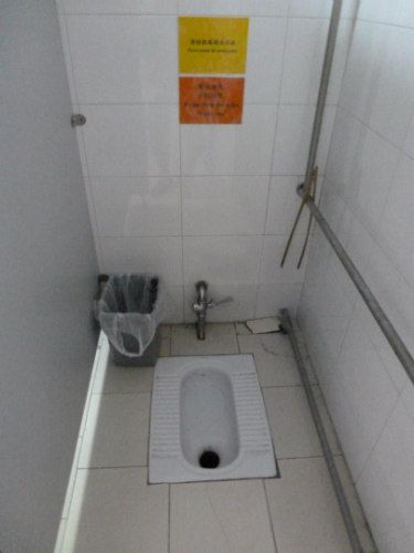 A step-by-step guide with diagrams and photos on how to use an Asian toilet or Asian style squat toilet when traveling or studying abroad in China and Asia.