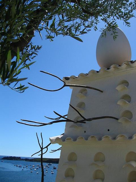 Esta es una foto de la casa de Dalí en españa. Su casa es muy famosa para la arqetectura.