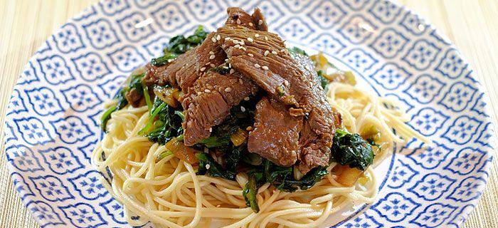 Deze roergebakken spinazie met noedels en zoete plakjes biefstuk is makkelijk te maken en erg lekker. Bekijk hier het recept voor deze lekkere wokmaaltijd.