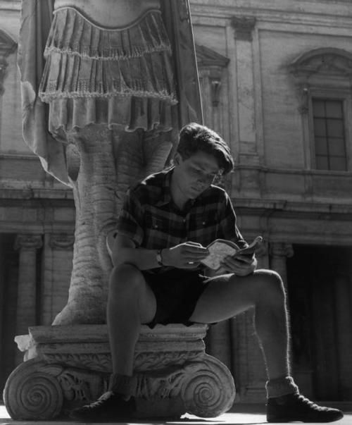 Herbert List - ITALY. Rome. Max SCHELER in the courtyard of the Palazzo dei Conservatori. 1949. #ObiettivoLeggere - @Libriamo Tutti