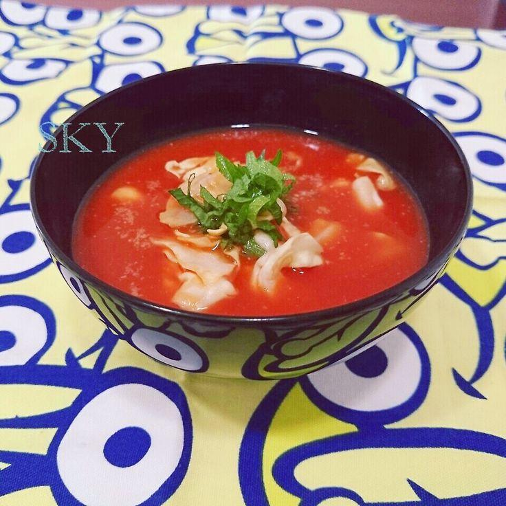 モニターレシピ。 トマトジュース『理想のトマト』でトマトのお味噌汁。 [お材料]1人分 トマトジュース...100cc 昆布だし...50cc キャベツ...1枚 お味噌...大さじ1/2 大葉...1/2枚 すりごま...1つまみ [作り方] 冷製:混ぜる。 温製:一煮たち。 刻んだ大葉、すりごまを添える。 トマト好きにはたまらない1品です。 夏はやっぱり トマトでしょ(о´∀`о)