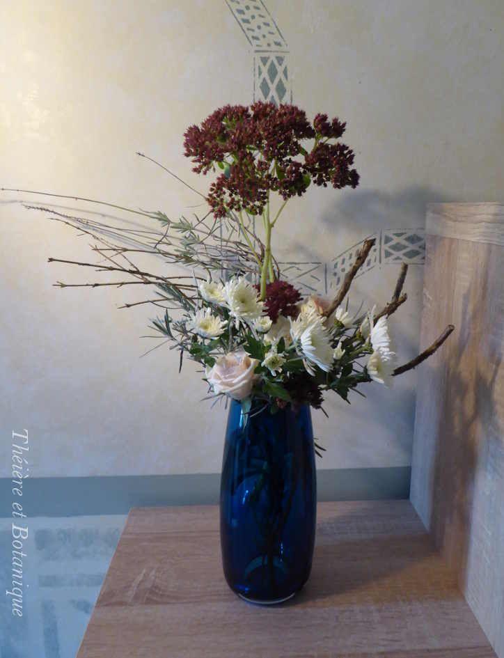 bouquet de chrysanthème et sedum dans un vase bleu upside-down