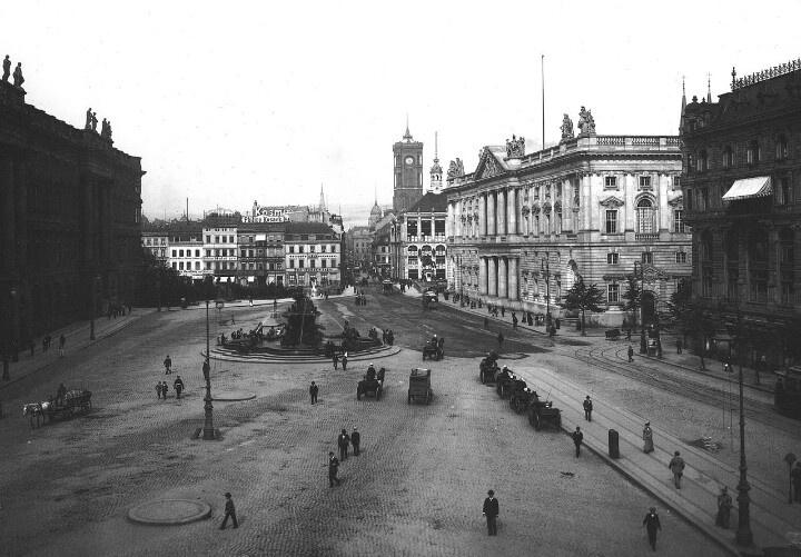 Berlin   Vor 1933. Berliner Stadtschloss auf der rechten Seite, Neptunbrunnen Zentrum & Neuer Marstall auf der rechten Seite. Alte rote Rathaus im Hintergrund nach links, 1901
