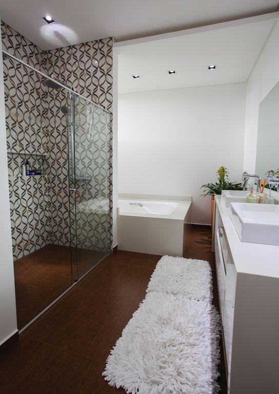 Revestimento banheiro suite : Seguindo o tom amadeirado do piso da su?te banheiro