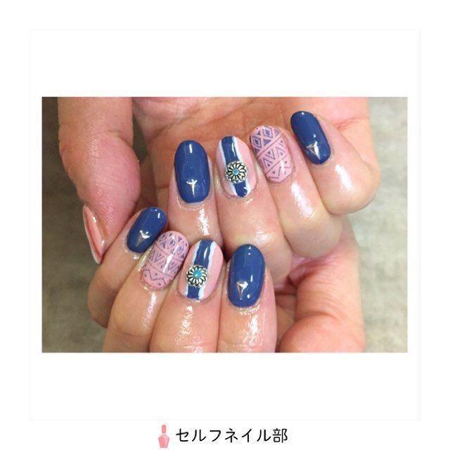 (@missato17)さんの、 「コンチョ付きエスニックネイル」を紹介します💅🏻 . ~やり方~ 人差し指・小指→プルシャンブルーを2度塗り。三角のパーツを置いて硬化。 親指・中指・薬指→ヌーディスキンとフレンチホワイトを混ぜたカラーを2度塗り。 さらに 中指→マスキングして真ん中にブルーを塗り、はみ出たところを隠すようにサイドを白でライン引き。真ん中にコンチョを置いて硬化 薬指→ジェルでネイルスタンプ 親指→薬指と同様。コンチョなし、赤のラインをプラス . ~使うもの~ ⚫︎ジェル/ネイルタウン ・C-22ヌーディスキン×A-1フレンチホワイト(ベージュ) ・E-27プルシャンブルー(青) ・I-7グロッシーチェリー(赤) ⚫︎三角シルバーパーツ/セリア ⚫︎コンチョ/ネイルタウン ⚫︎ネイルスタンプ/キャンドゥ ⚫︎マスキングテープ ⚫︎ミニネイルアートブラシ/ダイソー . ~ポイント~ ・細いラインはダイソーのミニネイルアートブラシ(8本入り)が滑らかで描きやすいです!…