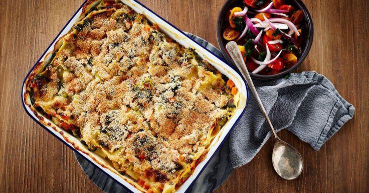 Lækker frisk fiskelasagne med masser af grøntsager. Det gør den traditionelle lasagne med fisk lettere, så den også er velegnet på terrassen på de varme dage.