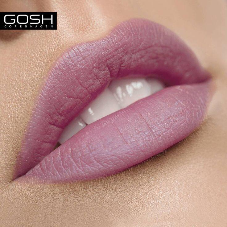 Zbliżający się koniec lata to idealny moment na nietypowy kolor na ustach 💋 Lekki fiolet w naszej odżywczej matowej pomadce Velvet Touch Orchid to świetne rozwiązanie na przejście z soczystych letnich różów i czerwieni do jesiennych bordo i karmazynów 💛 #goshpolska #efektGOSH #uroda #makijaż #makijaz #polishgirl #kobieta #wizaż #makeuppl #muapl #instakobieta #piękno #makeup #usta #lipstick #pomadka #lips