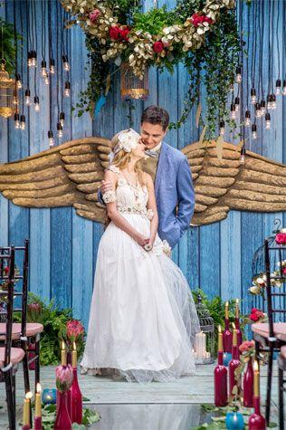Винтажная свадьба с крыльями в декоре