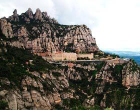 """Se encuentra a unos 50 kilómetros al sur de Barcelona. El nombre Montserrat significa """"montaña dentada o serrada"""" debido a sus fuertes aspecto puntos. Fue destruida por el ejército de Napoleón a principios del siglo XIX."""