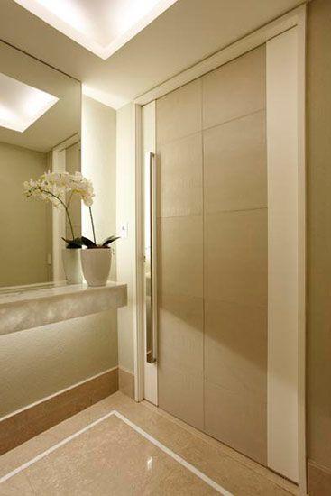Neste hall de entrada, projeto da arquiteta e design de interiores Vivian Coser, a porta em microtextura branca e placas em couro reforçam o...