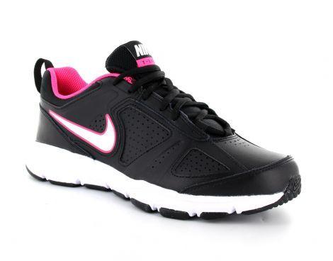 De Nike T-lite XI sportschoenen voor dames zijn voorzien van een lederen upper met geperforeerde ventilatiegaatjes aan de zijkant en op de neus. De enkelkraag is gewatteerd en voorzien van een hiellus. De #Nike swoosh is zichtbaar aan beide kanten. #fitnessschoen #damesfitnessschoen