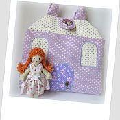 Купить или заказать Мастер-класс сумочка домик для куколки в интернет-магазине на Ярмарке Мастеров. Дополненный, очень подробный мастер-класс в формате PDF, с помощью которого Вы сможете самостоятельно сшить домик-сумочку для куколки. Размер домика в сложенном виде - 23 * 23 см, в разложенном 46*46 см. Рост куколки – 12 см (ручки подвижные, на пуговичном креплении). В домике есть 4 комнаты: гостиная, спальня, кухня и ванная. Домик игровой, имеет много деталей, но не перегружен ими –…