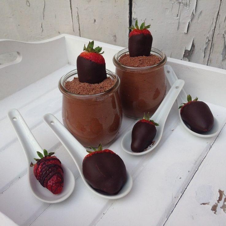 Mousse au Chocolat. Ihr braucht: 200g dunkle Schokolade, 3 Eier, 200ml Sahne 40g Zucker 50g Butter. 1. Im ersten Schritt trennt Ihr die Eier und schlagt....