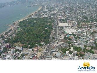 #historiadeacapulco Adiós al Hotel Papagayo de Acapulco. ACAPULCO A TRAVÉS DEL TIEMPO. El hotel Papagayo estuvo en funcionamiento hasta el año de 1972, cuando cerró sus puertas por encontrarse muy deteriorado y por la gran competencia de hoteles nuevos y lujosos que se estaban construyendo en ese entonces. Sin embargo, al lugar donde estuvo, se le sigue llamando con el nombre de este emblemático hotel del puerto. Te invitamos a conocer más sobre Acapulco, durante tu siguiente visita…